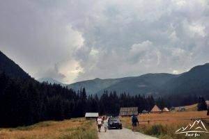 Nad Dolinę Chochołowska nadciągają nieciekawe chmury.
