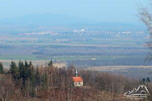 Na pierwszym planie Kaplica św. Anny, dalej Kamieniec Ząbkowicki.