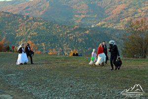 Nowożeńcy ruszają na sesję zdjęciową.