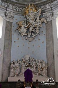 Ołtarz w kościele.