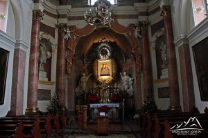 Ołtarz w bocznej kaplicy.