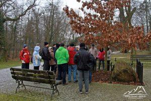 Ks. Jan Rosiek wskazuje nam kamień Jana Pawła II.