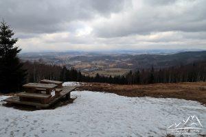 Rudnik - panorama widokowa na Kowary, Kotlinę Jeleniogórską, Rudawy Janowickie i Góry Kaczawskie w dali.